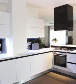 kuchnia biała z salonem